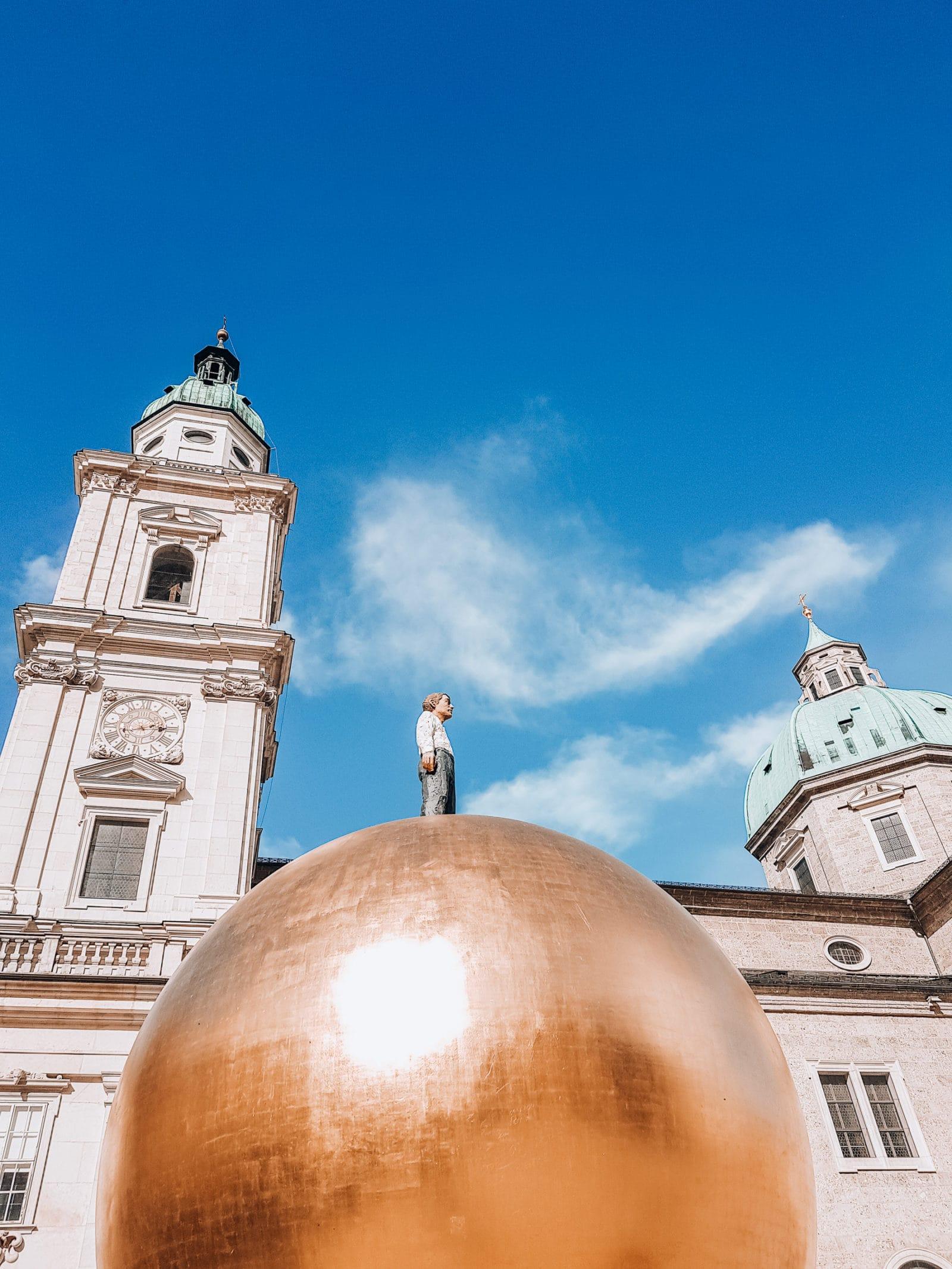 Salzburg Sehenswürdigkeiten Mann auf der Goldenen Kugel